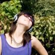 escuchar música chica en auriculares — Foto de Stock