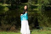 Piękne dziewczyny w ciąży spaceru w parku — Zdjęcie stockowe