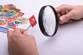 集邮家手中的旧邮票 — 图库照片