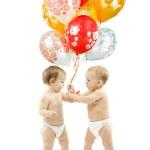 barn närvarande färgglada ballonger — Stockfoto