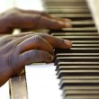 Hands and old piano — Stock Photo