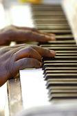 Ręce i stary fortepian — Zdjęcie stockowe