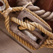 Hessian rope and wooden pulley - Foto Stock