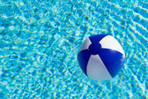 Beach ball in swimming pool — Stockfoto