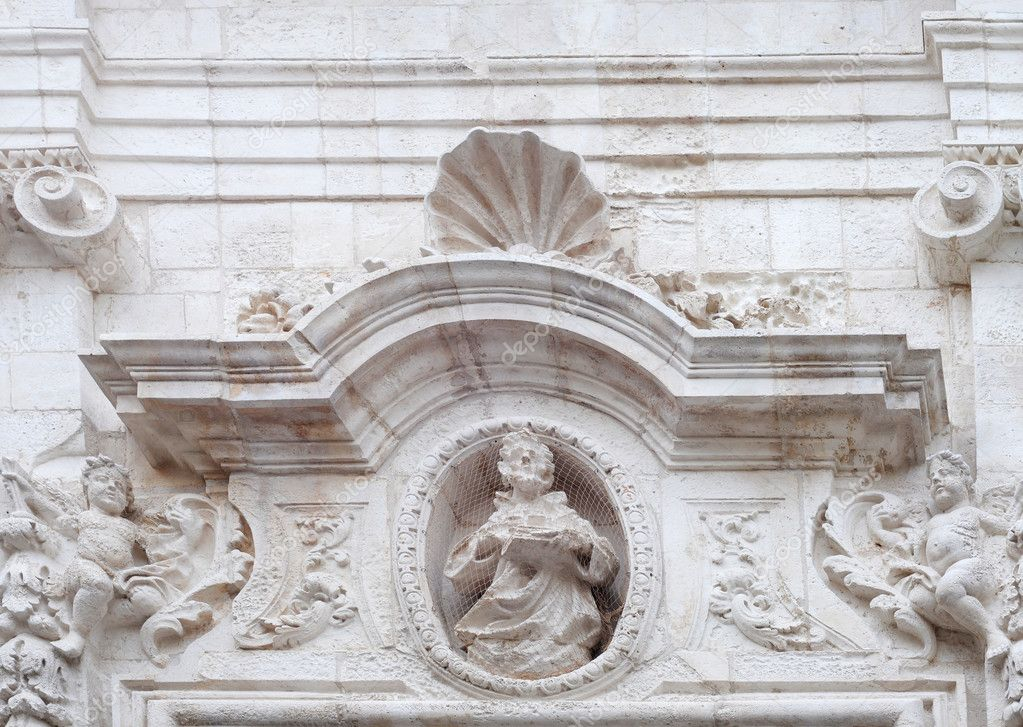 Baroque tympanum in Monopoli, Italy — Stock Photo #7407879