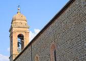 钟楼和教堂的墙上托斯卡纳 — 图库照片