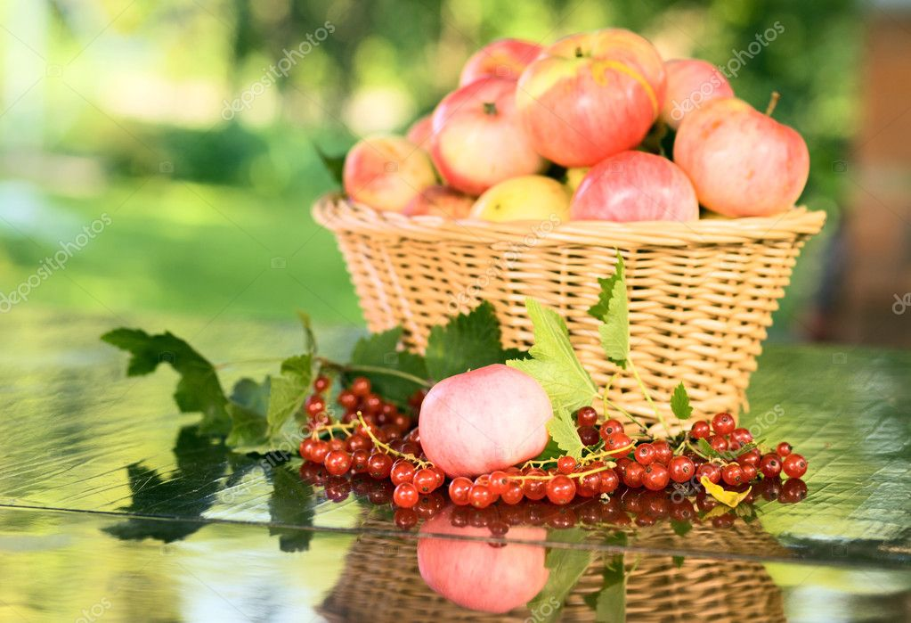 Ripe apples in wicker basket. — Stock Photo #6822442