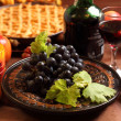 Red grapes and apple pie — Foto de Stock