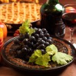 Red grapes and apple pie — Stock Photo