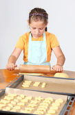 Kind bakken cookies — Stockfoto