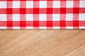 Checkered obrus na stół drewniany — Zdjęcie stockowe