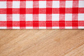 Toalha de mesa quadriculada na mesa de madeira — Foto Stock