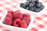 Blueberries and raspberries in bowl — Stock Photo