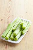 Grön selleri pinnar på köksbordet — Stockfoto