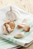 Fresh garlic on kitchen table — Stock Photo