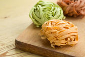 Barevné těstoviny tagliatelle — Stock fotografie