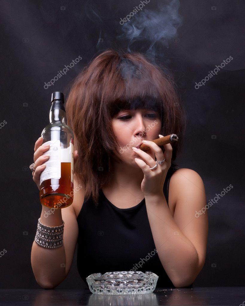 Красивые девушки с бутылкой фото