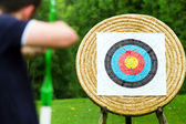 An archer takes aim at target — Stock Photo