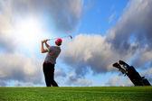 Hraje na idylické golfové hřiště — Stock fotografie