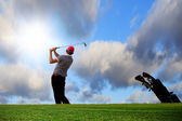 Playing on the idyllic golf course — Stockfoto