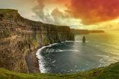 Gün batımında moher kayalıklarla — Stok fotoğraf