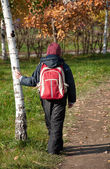 A boy with a backpack in the autumn City Park — Stock Photo