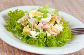 Una deliciosa ensalada con huevo y mayonesa — Foto de Stock