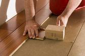 установка деревянного пола — Стоковое фото