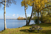 Autumn's lake with bench — Stock Photo