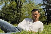躺在草地 — 图库照片
