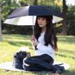 uśmiechający się azjatycki student studiuje — Zdjęcie stockowe