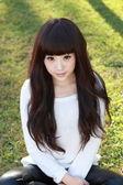 Une étudiante asiatique souriante étudie. — Photo