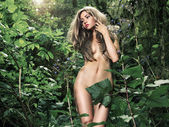 Beautiful lady in the rainforest — Stok fotoğraf