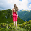 Elegant young lady in the mountains - Foto Stock
