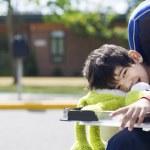 beş yaşında bir engelli çocuk okula gidiyor — Stok fotoğraf