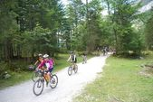 Mountain bikers at Vorderer Gosausee near Dachstein — Stock Photo