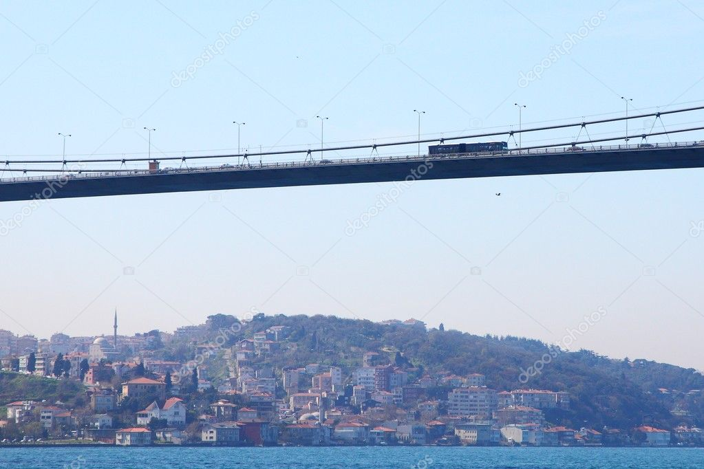 Very long Fatih-Sultan-Mehmet suspension bridge connecting Asia with Europe above the Bosporus near Istanbul, Turkey — Stock Photo #6862057