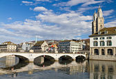 Muenster przejście mostu limmat centrum miasta zurych — Zdjęcie stockowe