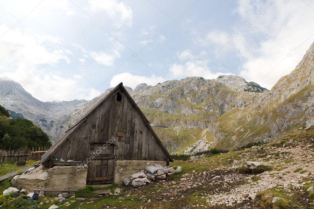 Cabane en bois dans larrière-pays rugueux, rocheux, de lunesco ...