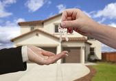 Entregar las llaves de casa frente a su casa nueva — Foto de Stock