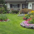 Foto Stock: Manicured Home and Yard