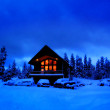 cabine d'hiver pendant la nuit avec windows chauds rougeoyants — Photo