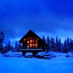 zimní kabina v noci s zářící teplo okny — Stock fotografie