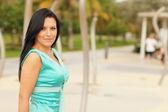 Modern bir mavi elbiseli kadın — Stok fotoğraf