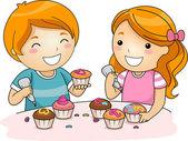 Kinderen versieren cupcakes — Stockfoto