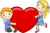 дети, обнимая огромного сердца — Стоковое фото