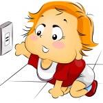 Bebek ulaşan elektrik prizine — Stok fotoğraf #7733732