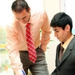Два бизнесмена в офисе — Стоковое фото