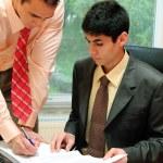 dos hombres de negocios en la oficina — Foto de Stock