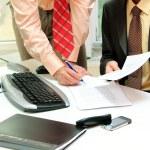 zwei Geschäftsleute im Büro — Stockfoto